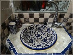 Casa Aya Medina: bathroom with traditional mosaic (zelij) for the sinks