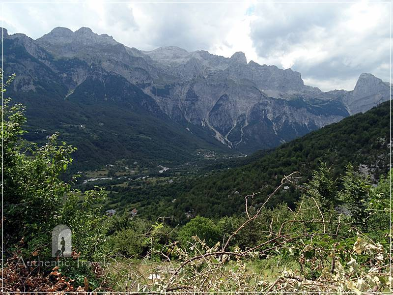 Trek Valbona Theth: going down from Valbona Pass to Theth